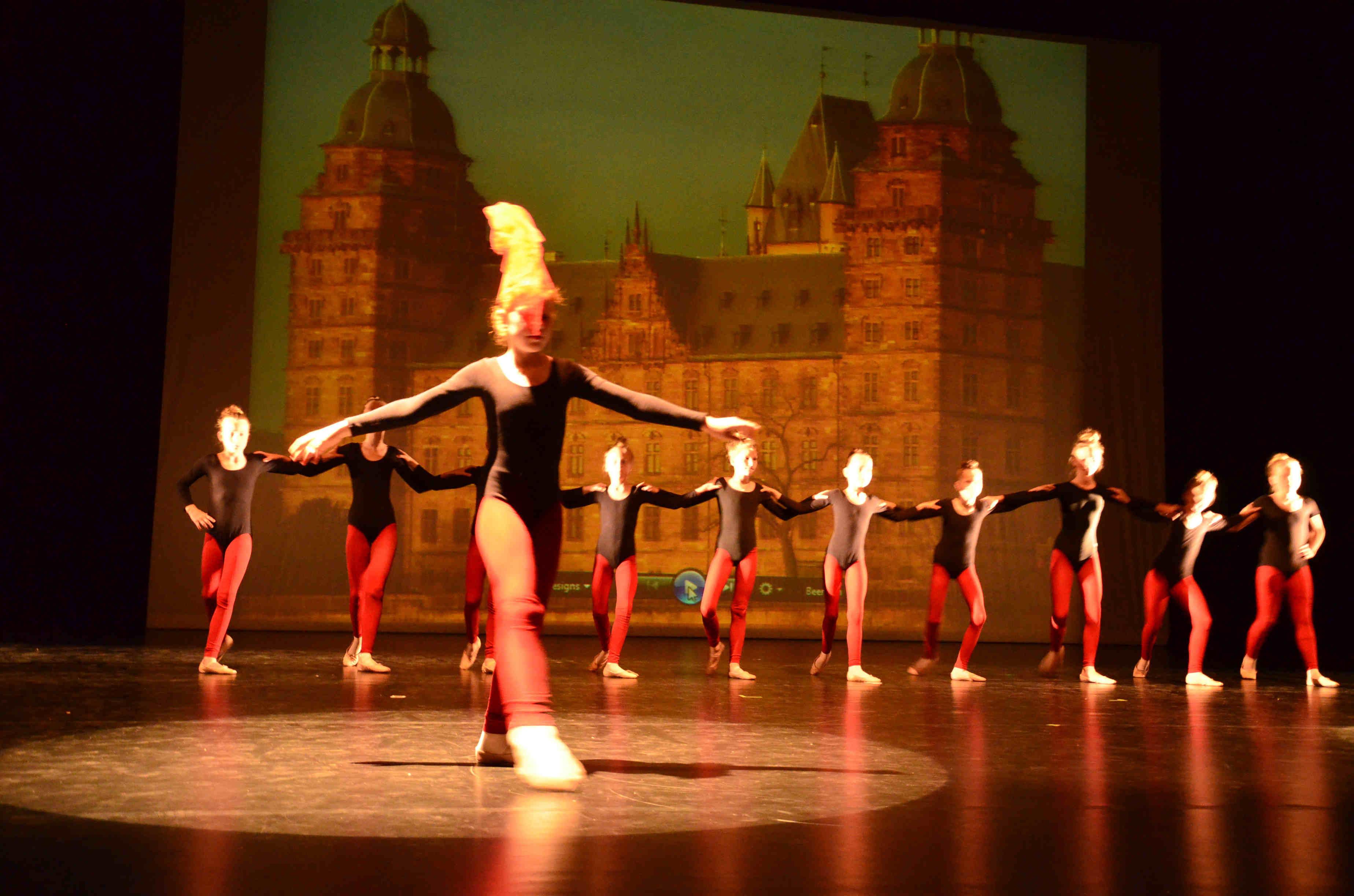 Tänzerinnen vor Schloss